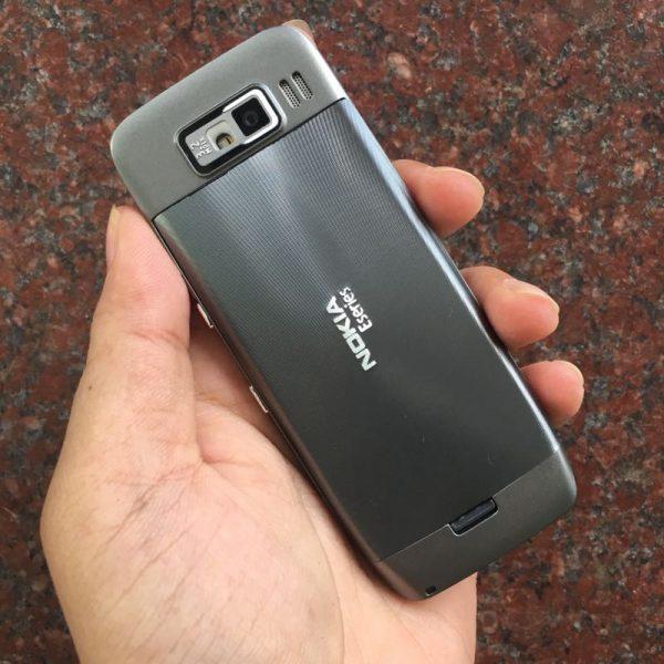 Mặt sau Nokia E52